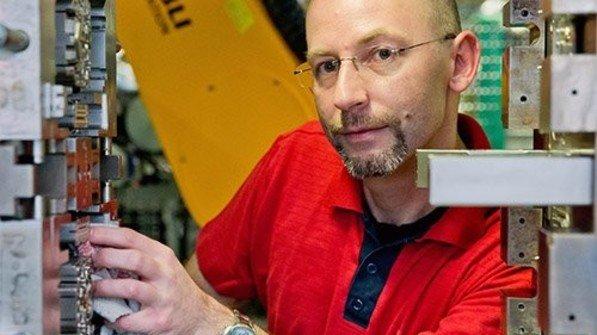 Mehr Verantwortung: Holger Reckziegel wartet jetzt auch Spritzgussmaschinen. Foto: Karmann