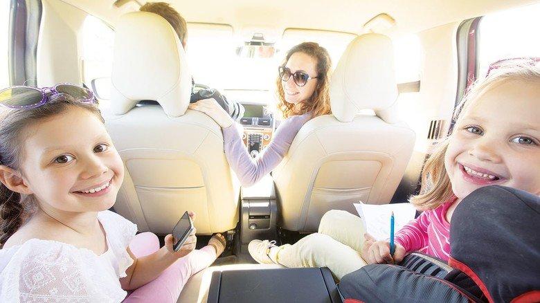 Entspannt zum Ausflugsziel: Autofahren ist heute viel sicherer als früher. Die Zahl tödlicher Unfälle ist in den letzten Jahrzehnten immer weiter gesunken.