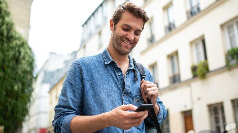 Das Smartphone im Alltag: Auch seine Bankgeschäfte kann man mittlerweile mit nur einer App für alle Konten erledigen.
