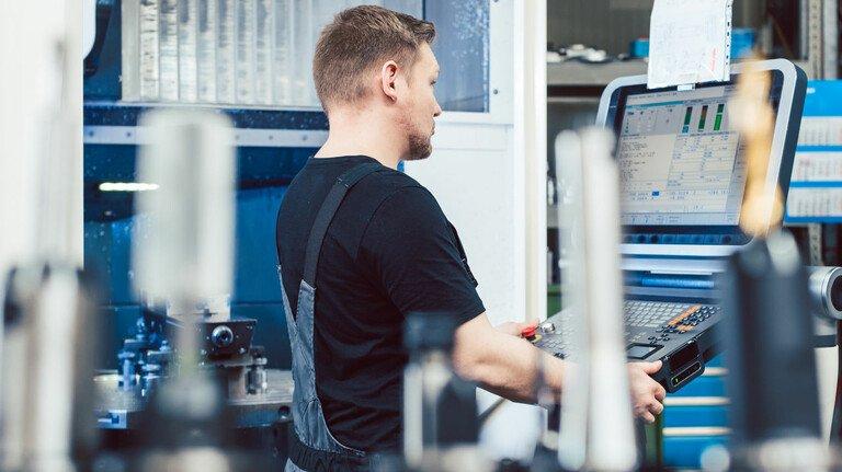 Tarifrunde in Bayern: 845.000 Beschäftigte gibt es in der bayerischen Metall- und Elektro-Industrie. Für viele von ihnen gilt der Tarifvertrag.