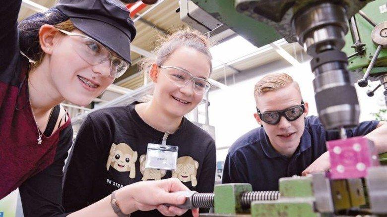 Bohren im Emsland: KS Gleitlager in Papenburg hatte zahlreiche Schülerinnen und Schüler zu Gast. Foto: KS Gleitlager, Veranstalter