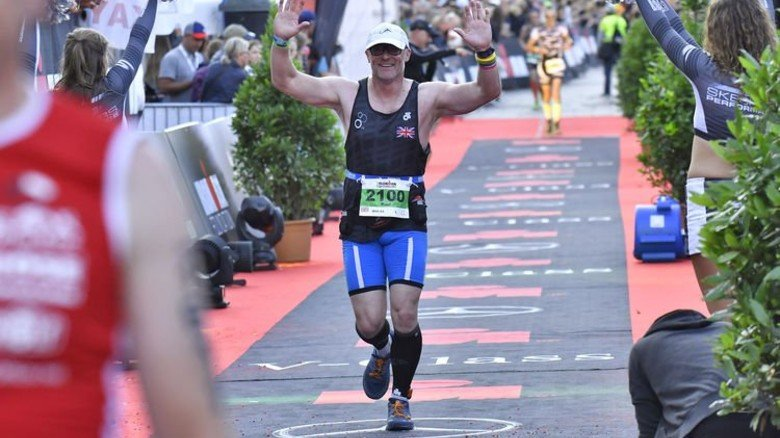 Geschafft – nach der 42,2 Kilometer langen Laufstrecke kam Paul Jacobs erschöpft, aber glücklich im Ziel an. Foto: Christian Augustin
