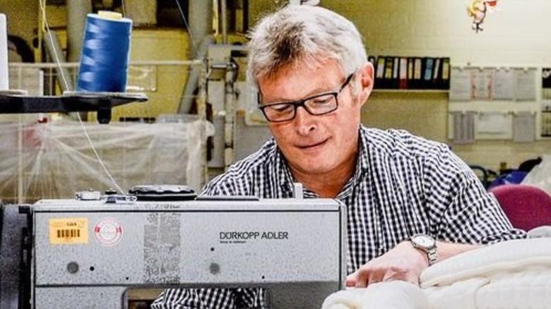 Genauer Blick: Heinrich Verdirk leitet seit 15 Jahren die Musterabteilung. Foto: Roth