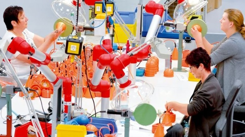 Im Zirkelkreis: Mitarbeiterinnen bei der Endmontage der Niveauregler. Foto: Scheffler