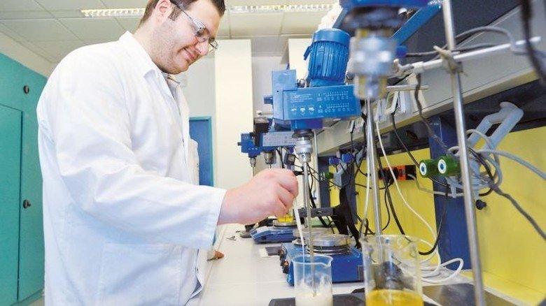 Im Labor: Chemielaborant Mehmet Bayraktar testet die Rezepturen. Foto: Sigwart