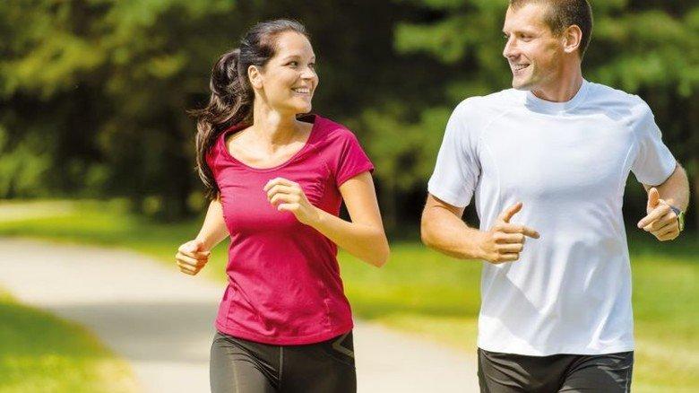 Sportlich: Speziell behandelte Kunstfasern verhindern Schweißgeruch. Foto: Adobe Stock