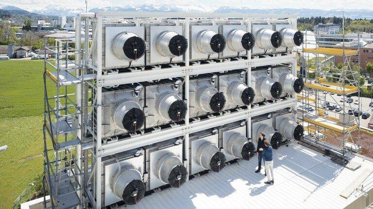 Filteranlage für Klimagas: Auf dem Dach einer Müllverwertungsanlage in Hinwil bei Zürich stehen Container mit CO2-Kollektoren der Firma Climeworks. Pro Jahr saugen sie 900 Tonnen Kohlendioxid aus der Luft und versorgen damit Gewächshäuser.