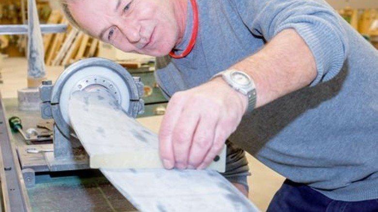 Maßarbeit: Konrad Kreckl kontrolliert die Kontur eines Propellerblatts. Foto: Bodmer