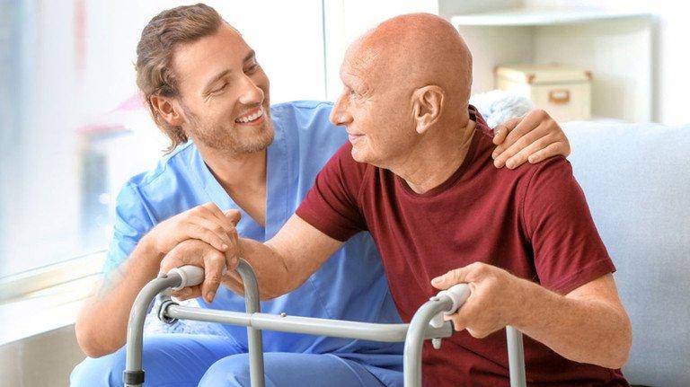 Hilfe bei der Pflege: Auch wer Angehörige zu Hause pflegt, kann sich Unterstützung von professionellen Pflegediensten holen.