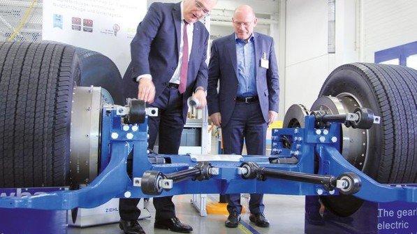 Der baden-württembergische Verkehrsminister Winfried Hermann (rechts) lässt sich von Ralf Arnold, Geschäftsführer der Sparte Automotive von Ziehl-Abegg, den elektrischen Busantrieb zeigen. Foto: Werk