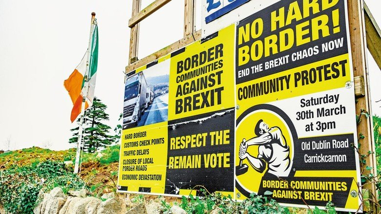 "Wütender Protest gegen den EU-Ausstieg: Plakatwand der Kampagnengruppe ""Border Communities against Brexit""."