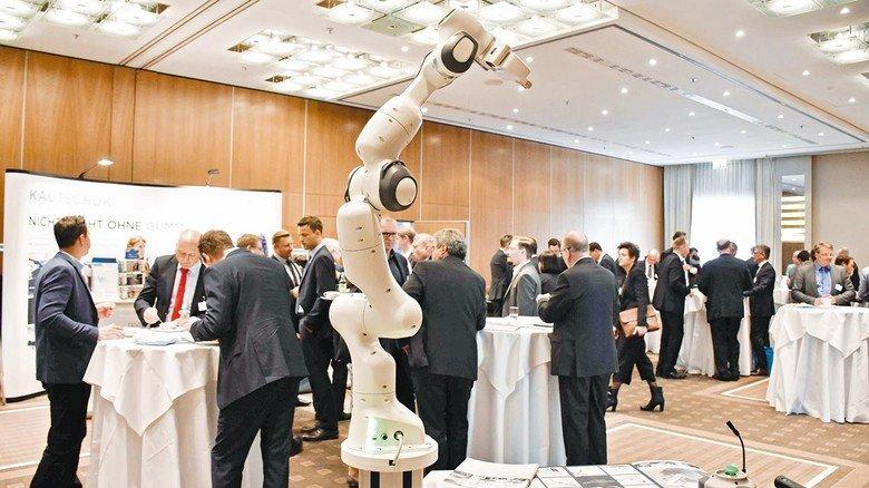 Roboter im Foyer: Die Digitalisierung der Fabrik war ein wichtiges Thema der Tagung.