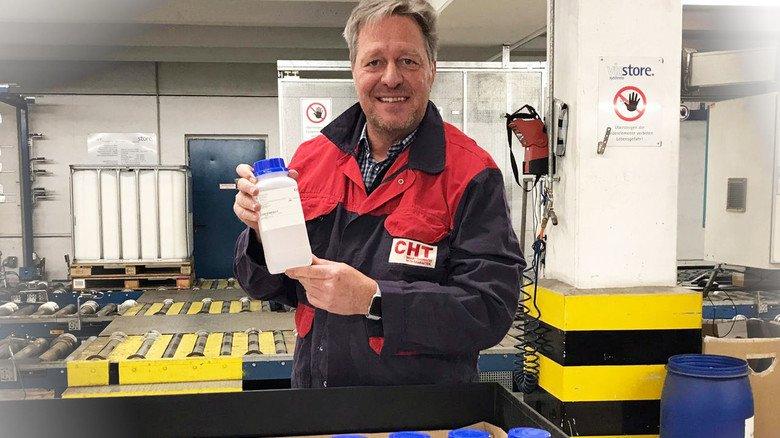 Spontane Hilfe: Die Kollegen vom Vertrieb kleben Etiketten auf das begehrte Desinfektionsmittel.