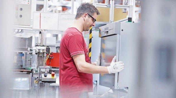Beispiel BSH: Körperliche Belastung wird reduziert: Im Werk Dillingen spielt montagegerechte Produktionsgestaltung eine immer wichtigere Rolle. Foto: Werk
