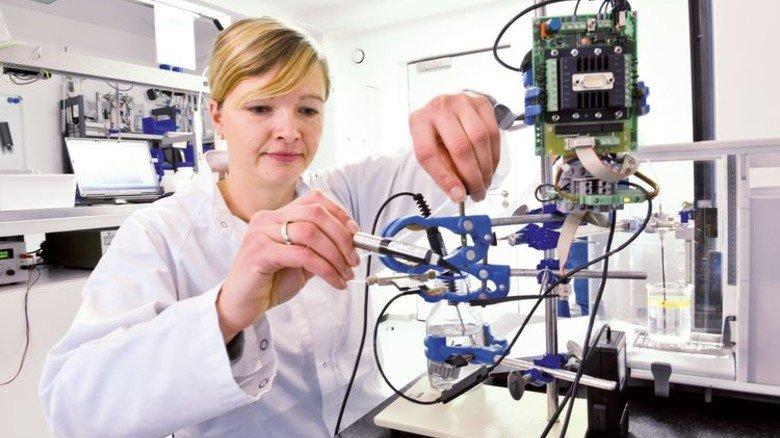 Im Labor: Ingenieurin Elisabeth Westphal startet eine Testreihe. Foto: Augustin