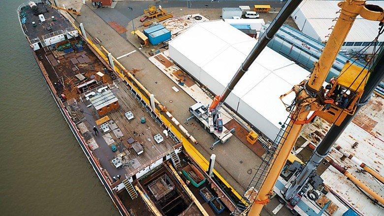 In Wewelsfleth: Auf der Peters Werft wurden per Autokran die Masten gezogen.