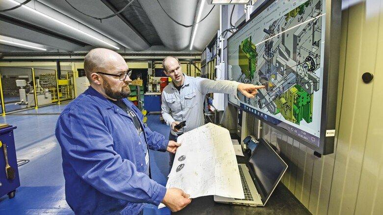 Besprechung: Torben Bendig (links) und Henner Pohl vor einem Monitor.