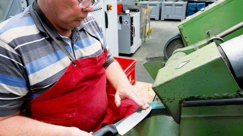 Handarbeit: Johann Pusch ist Experte für den letzten Schliff. Foto: Mierendorf