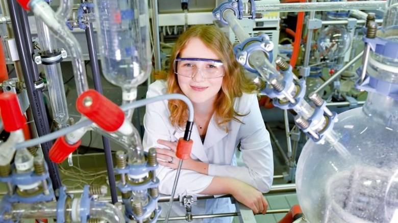 Engagiert: Cindy Schiller trainiert an der Destillationsanlage. Foto: Deutsch