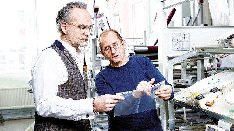 Qualitätskontrolle: Andreas M. Langheck und der technische Leiter Jürgen Diefenbacher begutachten eine besonders stabile Klarsichthülle.