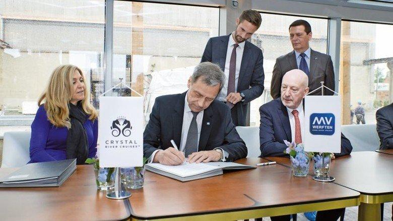 """Übergabe der """"Crystal Bach"""": Werft-Chef Jarmo Laakso (Mitte) mit Edie Rodriguez von Crystal Cruises (links). Foto: Werk"""
