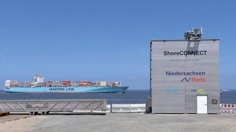 """Projekt für saubere Luft: Die Landstromanlage """"ShoreCONNECT"""" im Hafen von Cuxhaven, die Transportschiffe für den Bau von Offshore-Windparks mit elektrischer Energie beliefert. Foto: Michael Bahlo"""