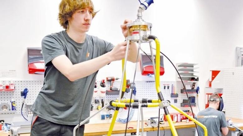 Besonderes Gerät für Triebwerke: Mitarbeiter Christian Wesch bei der Endmontage. Foto: Scheffler