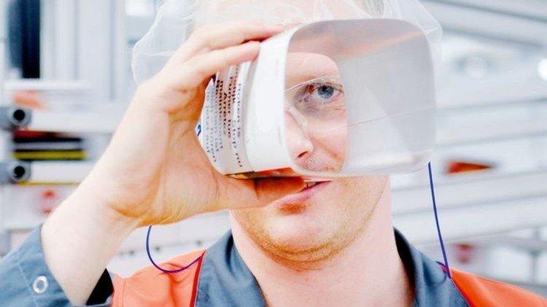 Materialprüfung: Manuel Weik mit einer Aromadose. Foto: Scheffler
