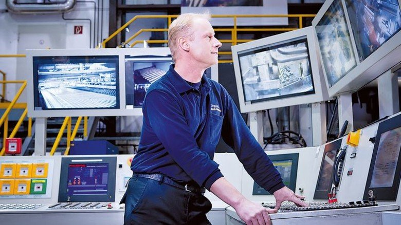 Aufgepasst: In der Leitstelle überwacht ein Mitarbeiter den Gießprozess. Foto: Diehl Metall Stiftung & Co. KG