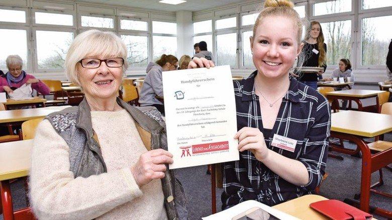 Geschafft: Teilnehmerin Ingrid Parisius (links) mit Zertifikat. Foto: Augustin
