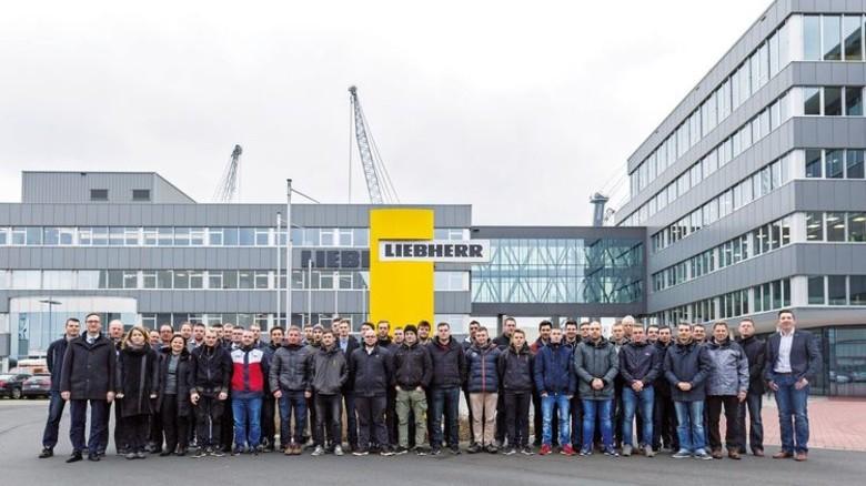 Stolze Absolventen: Die 35 ehemaligen Azubis von Liebherr-MCCtec Rostock. Foto: Liebherr
