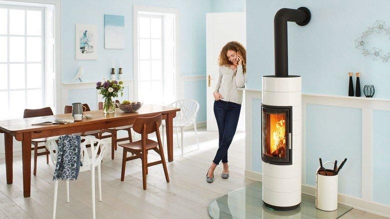 """Umweltfreundlich: Der Ofen """"Peppa"""" zeigt dem Benutzer jeweils mit farbigen LED-Signalen an der Basis, ob die Luftzufuhr optimal eingestellt ist."""