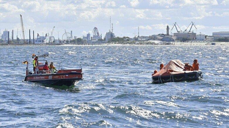Havarie vor Rostock: Fünf Crewmitglieder warten in der Rettungsinsel auf den Helikopter.