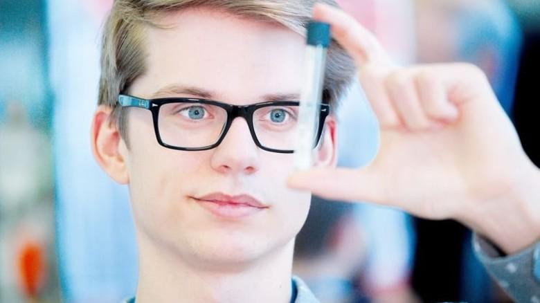Durchblick: Jonas Winkler erforscht die Herstellung von Nanocellulose. Foto: Deutsch