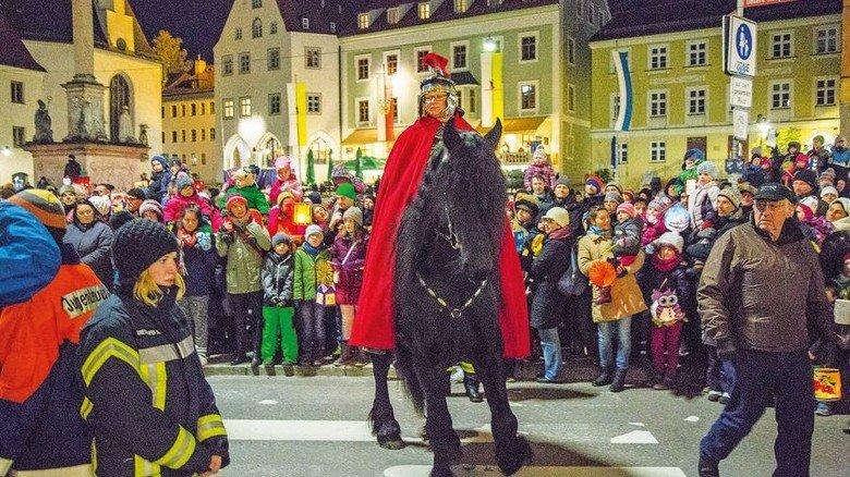 Martinsritt: Hoch zu Ross geht's durch die Freisinger Altstadt. Foto: Kiderle