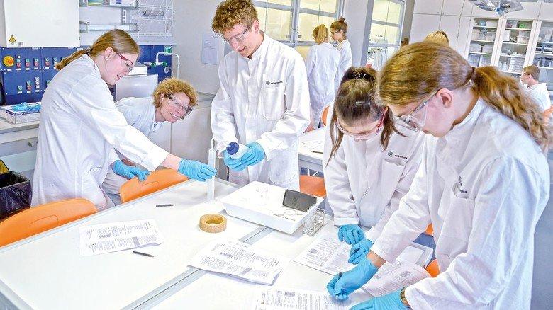 Faszinierend: Mit viel Spaß forscht ein Chemie- Leistungskurs im Experimenta-Labor.
