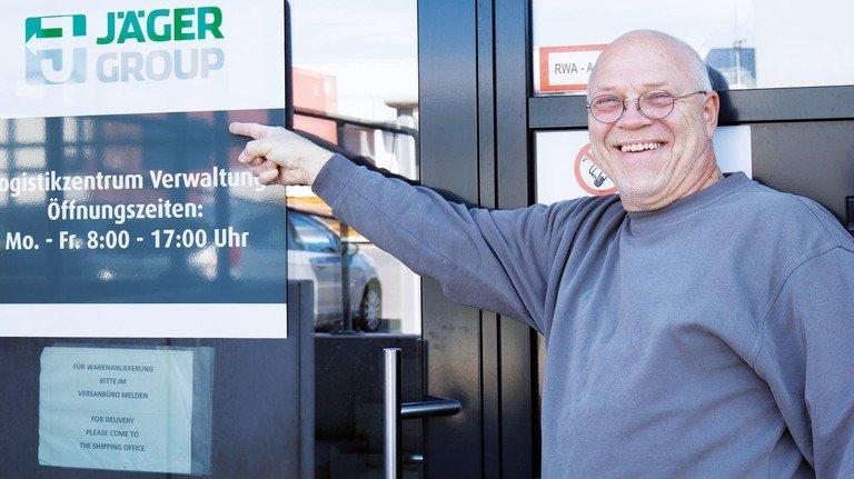 Aufträge kommen online: Kommissionierer Wilfried Jakobus vermisst das Gespräch mit Kollegen.