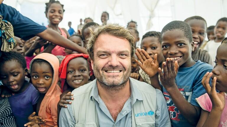 Krisenerfahren: Unicef-Helfer Daniel Timme mit Kindern in Mosambik.