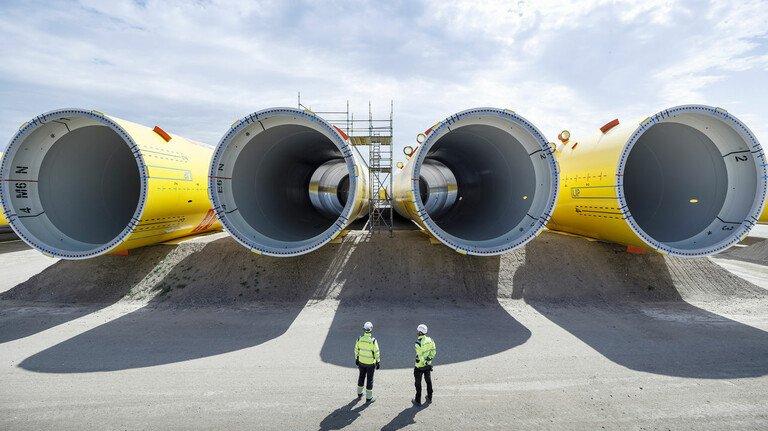 Bereit für den Bau in der Nordsee: Riesige Rohre für den Turm einer Windanlage warten aufs Verladen.