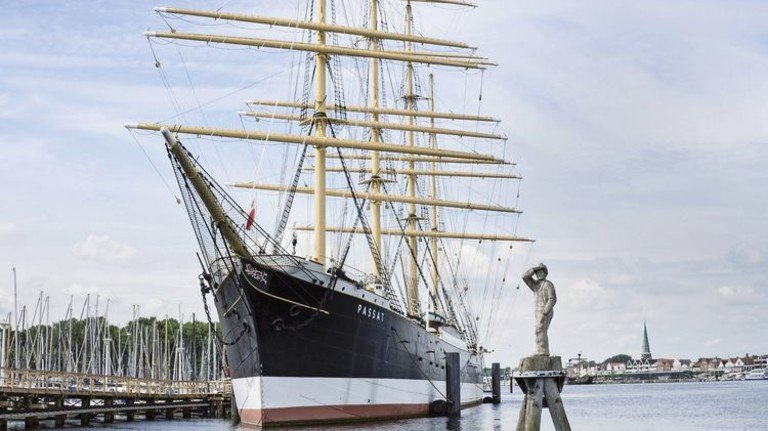 """Die Viermastbark """"Passat"""" ist heute das Wahrzeichen des Ostseeheilbads Travemünde. Sie liegt als Museumsschiff vor Anker und kann täglich besichtigt werden. Foto: Monika Wirth"""
