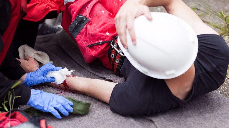 Schmerzhafte Situation: Unfälle, die bei der Arbeit passieren, sind über die Berufsgenossenschaft versichert. Dabei gibt es allerdings einige wichtige Details zu beachten.