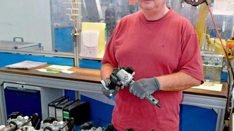 Sichtprüfung: Maschineneinrichter Dieter Flick kontrolliert Schalttürme für ein Lkw-Getriebe. Foto: Scheffler
