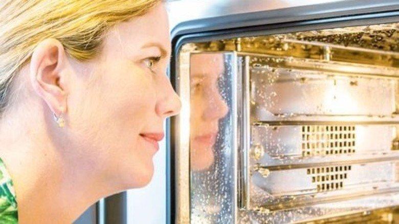 Neuheit: Dieser Dampfbackofen reinigt sich selbst. Foto: Schulz