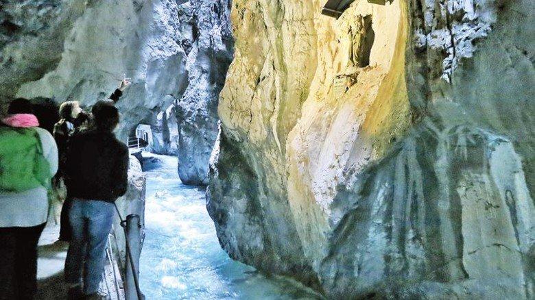 Licht im Dunkeln: Marienstatue in der Partnachklamm in Garmisch. Foto: bergtour-online.de