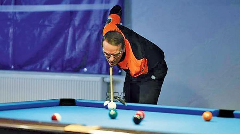 Sportlich aktiv: In seiner Freizeit spielt er Billard. Foto: Werk