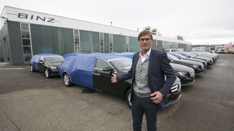 Fertige Fahrzeuge: Geschäftsführer Thomas Amm zeigt verlängerte Fahrzeuge für Kunden, die solche Wagen noch mit ihrem eigenen Aufbau ausstatten. Foto: Mierendorf