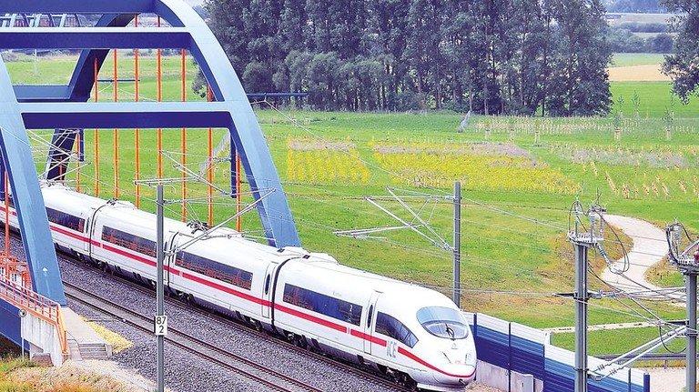 Flott unterwegs: Ein ICE passiert die Mainbrücke bei Wiesen. Foto: Deutsche Bahn