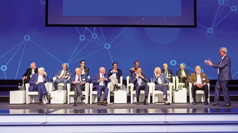 Gibt Empfehlungen: Der Zukunftsrat der Bayerischen Wirtschaft mit seinen beiden Vorsitzenden Alfred Gaffal (5. von links) sowie Professor Wolfgang A. Herrmann (7. von links). Bertram Brossardt, Hauptgeschäftsführer der Vereinigung der Bayerischen Wirtschaft (links) moderiert die Diskussion.