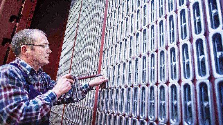 Innovative Filtertechnik für den Weltmarkt: Anlagemechaniker Heiko Munzel bei der Produktion.