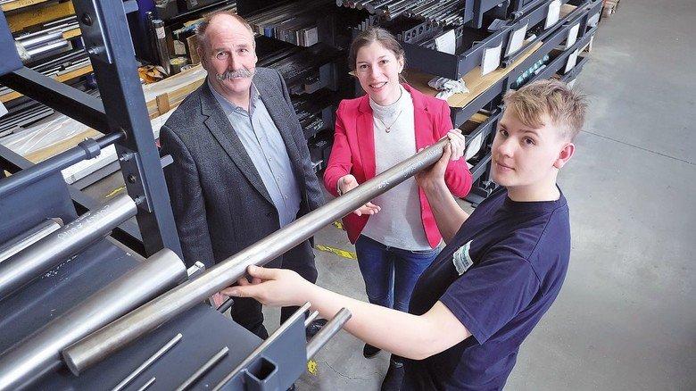 Besuch vor Ort: Stella Hellmigk mit Geschäftsführer Frank Jeske (links) und Facharbeiter Manuel Sindermann bei der Firma R.Sindermann Präzision.